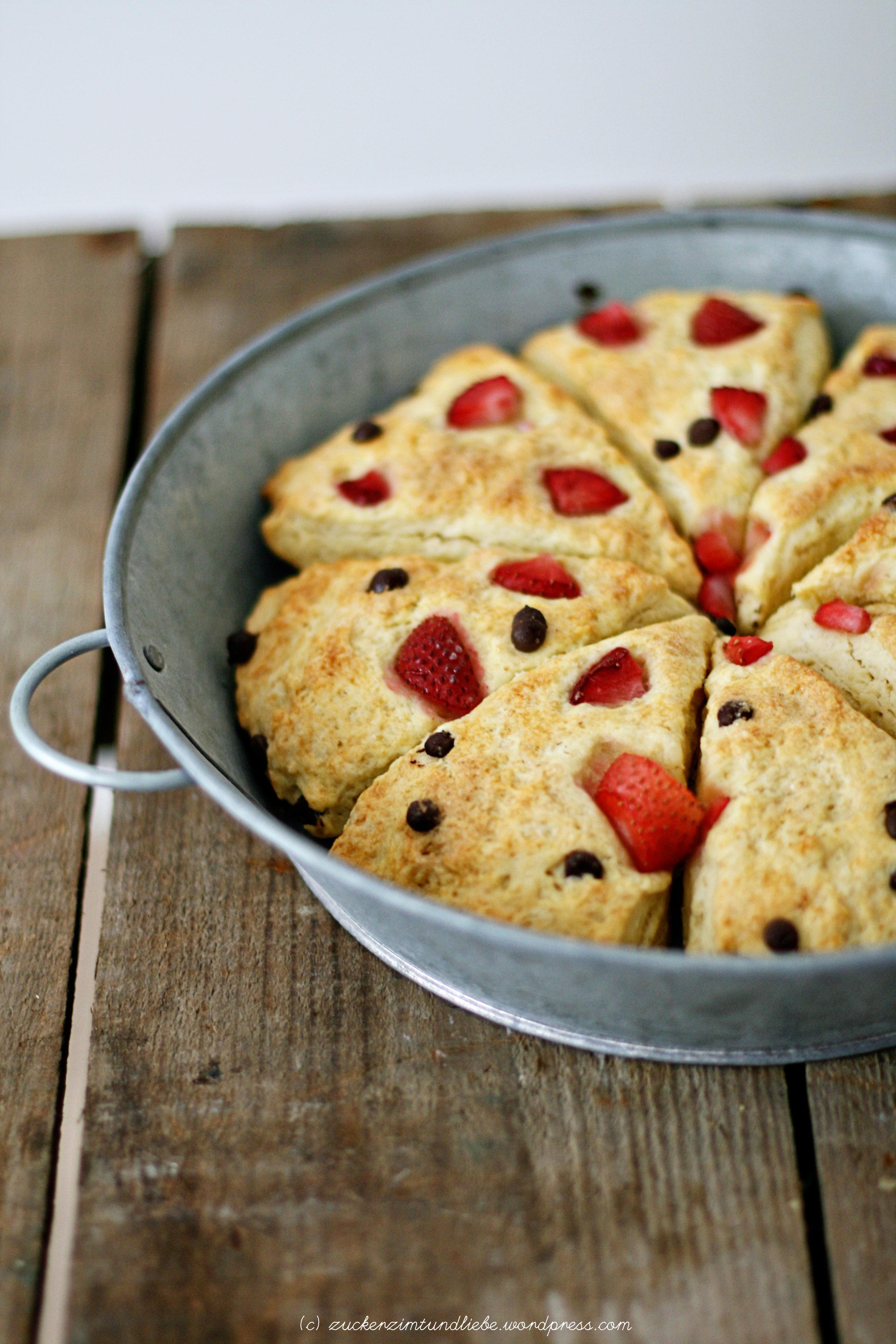 kokos scones mit erdbeeren und schokoladenst cken zucker zimt und liebe. Black Bedroom Furniture Sets. Home Design Ideas