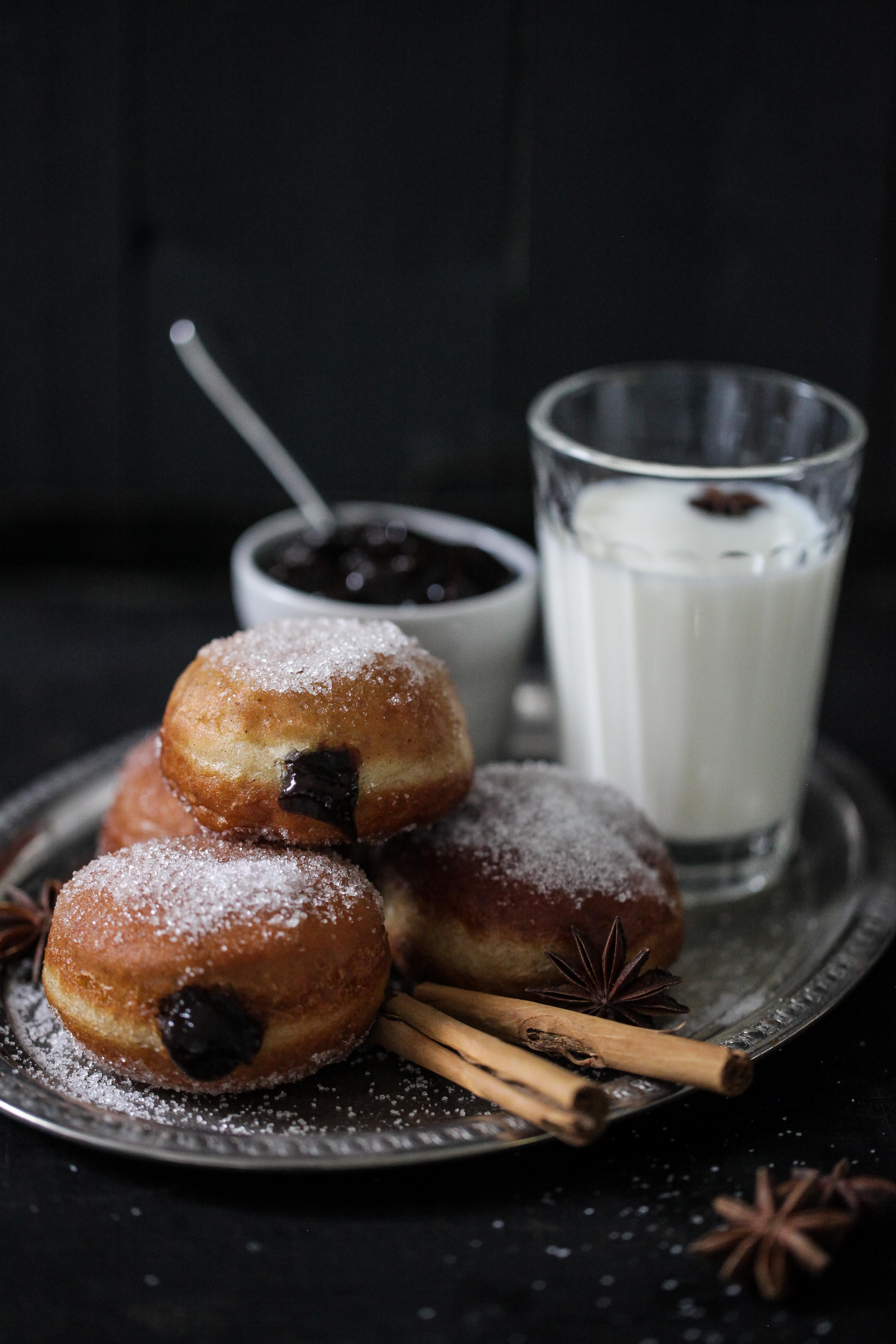 rezept berliner pfannkuchen im backofen hausrezepte von beliebten kuchen. Black Bedroom Furniture Sets. Home Design Ideas