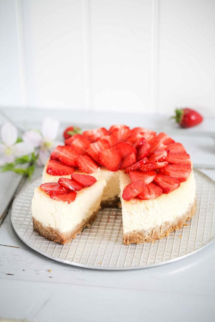 Karamell Erdbeer Cheesecake Rezept mit Schokoladenguss