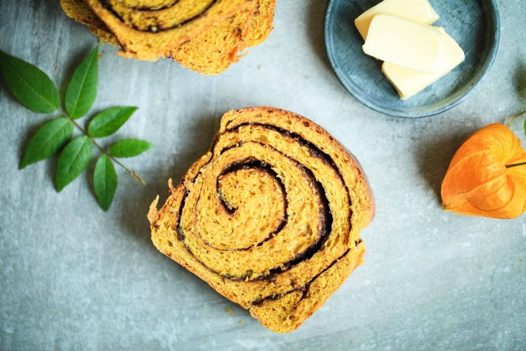 Rezept Zimt Kuerbisbrot mit Schokoladenfuellung Zuckerzimtundliebe Hefeteig Hefebrot Kürbisrezept Backen Brunch Pumpkin Chocolate Swirl Bread