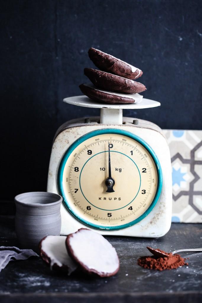 Einfaches Rezept Schokoladen Amerikaner Gebäck mit Zimtguss Black and white cookies recipe alte waage krups backrezept kindergeburtstag schokoladenkuchen kakao buttermilch zuckerguss mit zimt zuckerzimtundliebe bestes backrezept