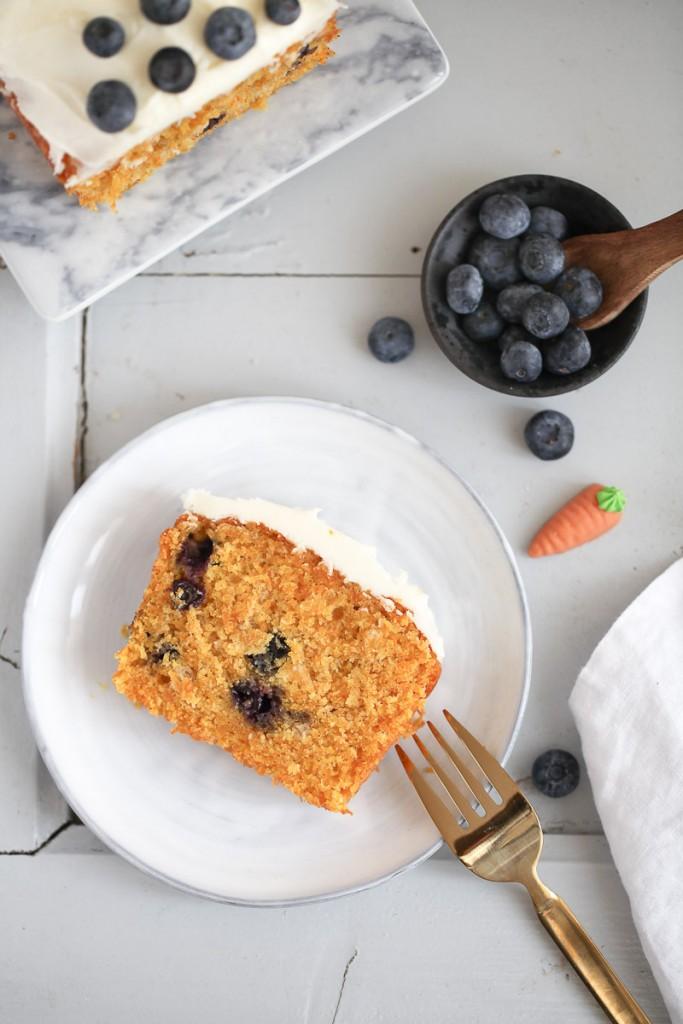 Blaubeere Möhrenkuchen blueberry carrot cake loaf cake Kastenkuchen einfaches Kuchenrezept Backrezept bester kuchen osterrezept osterkuchen karottenkuchen rüblikuchen zuckerzimtundliebe foodblog foodstyling