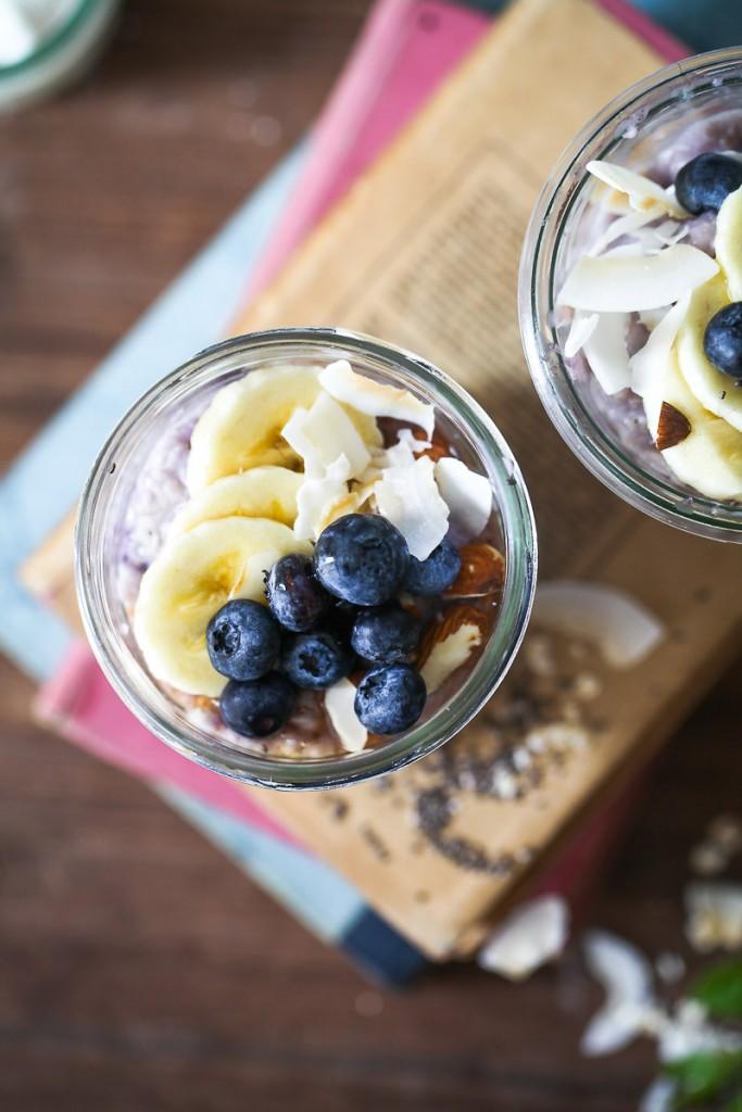 Blaubeer Porridge Rezept wie macht man Porridge blueberry oatmeal haferbrei haferschleim chia banane erdbeere kokos mandeln honig zuckerzimtundliebe foodblog frühstück frühstücksglück clean wating gesundes frühstück essen im glas