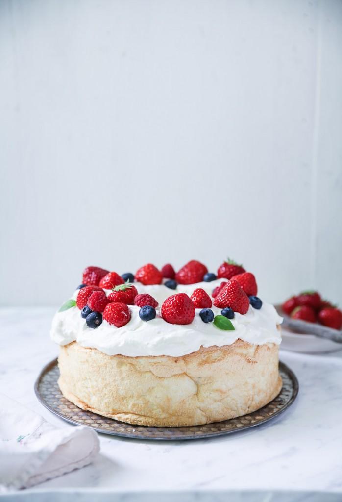 Angel Food Cake Rezept leichter Biskuitkuchen mit Sahne und Beeren Sommerkuchen Backrezept einfacher Kuchen Foodblog Backblog Zuckerzimtundliebe