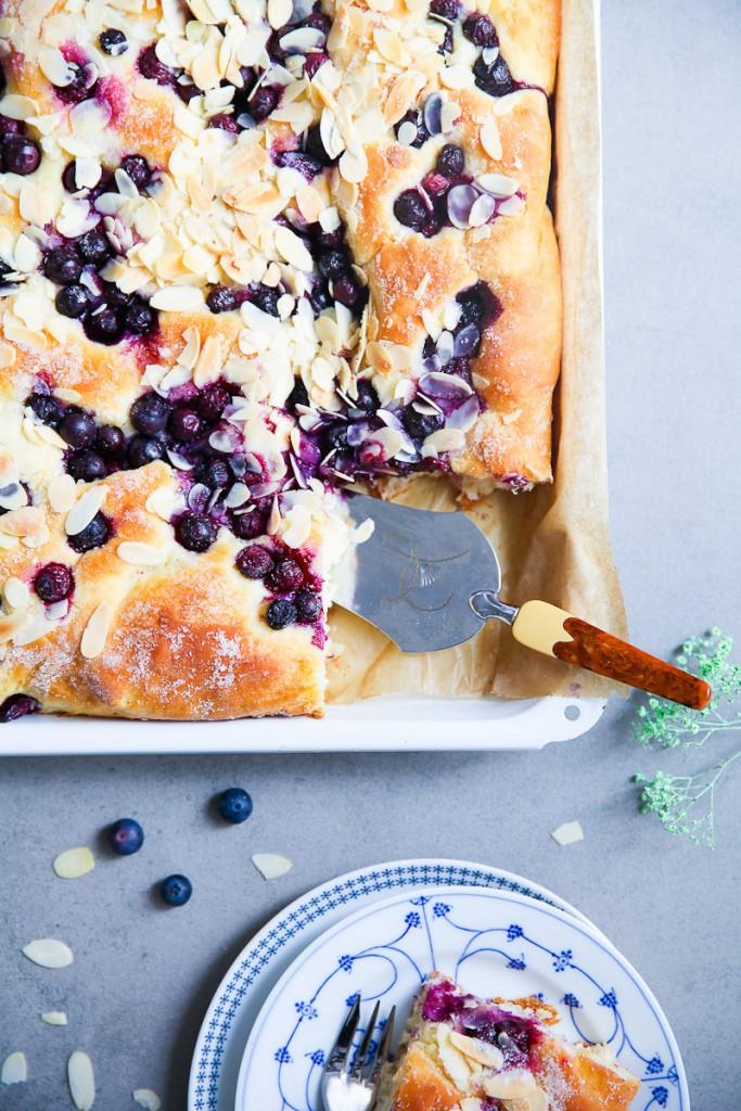 Der beste Butterkuchen Rezept für Blaubeer Butterkuchen Blaubeerkuchen vom Blech mit frischer Hefe wie macht man Hefeteig Butterkuchen wie vom Bäcker Zuckerzimtundliebe Foodblog