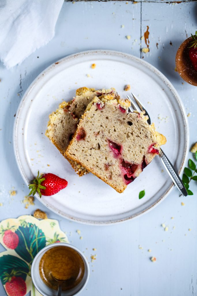 Erdbeer Banana bread Bananenbrot bestes Rezept Backrezept backen Kuchen mit Erdbeeren und Streuseln Zucker, Zimt und Liebe Foodblog jam factory