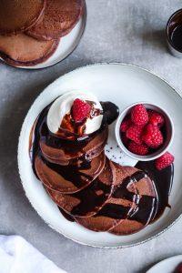 Kakao Schokoladen Pancakes Rezept cocoa pancake Pfannkuchen recipe Zuckerzimtundliebe Foodstyling Food Photography Himbeeren Schokoladensauce raspberries Frühstück Brunch Mittagessen der beste Pfannkuchen Foodblog