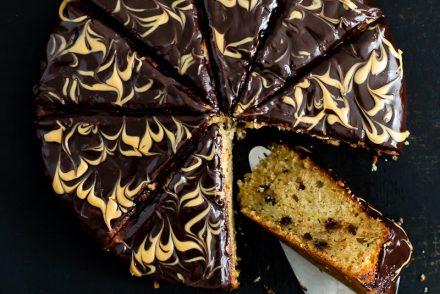 Bananenkuchen Rezept mit Erdnussbutter Schokoladenganach was ist ganache wie macht man ganache einfaches kuchenrezept mit Banane und Schokoladentropfen von Zuckerzimtundliebe banana cake with chocolate ganache and peanut butter swirls