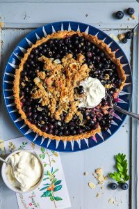 Blaubeer Pie Tarte mit Haferflocken Mandel Granola Crunch Rezept Backrezept Blaubeerrezept blueberry pie recipe Backen einfache Tarte Obstkuchen Blaubeerkuchen Zuckerzimtundliebe Foodblog Foodstyling Food Photography