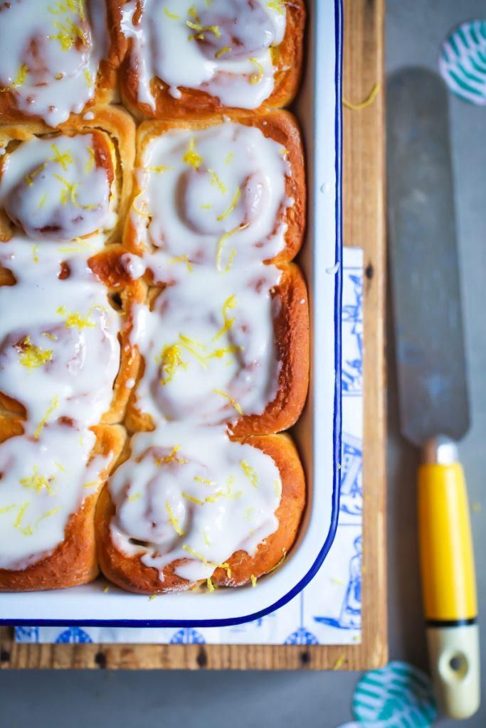 Zitronen Hefeschnecke Rezept lemon buns hefeteig hefegebäck zitronenrezept lemon recipes creme fraiche glasur zuckerzimtundliebe foodblog foodstyling beste hefeschnecken hefeteig