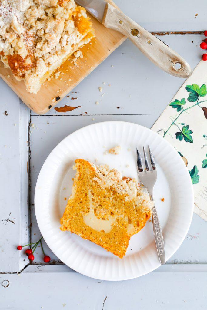 Kürbiskuchen Rezept Kastenkuchen mit Cheesecake Füllung und Zimtstreuseln pumpkin loaf cake with cheesecake filling and cinnamon streusel recipe einfacher kuchen herbstkuchen backen backrezept butternusskürbis kürbisrezepte geraspelter Kürbis foodblog backblog zuckerzimtundliebe