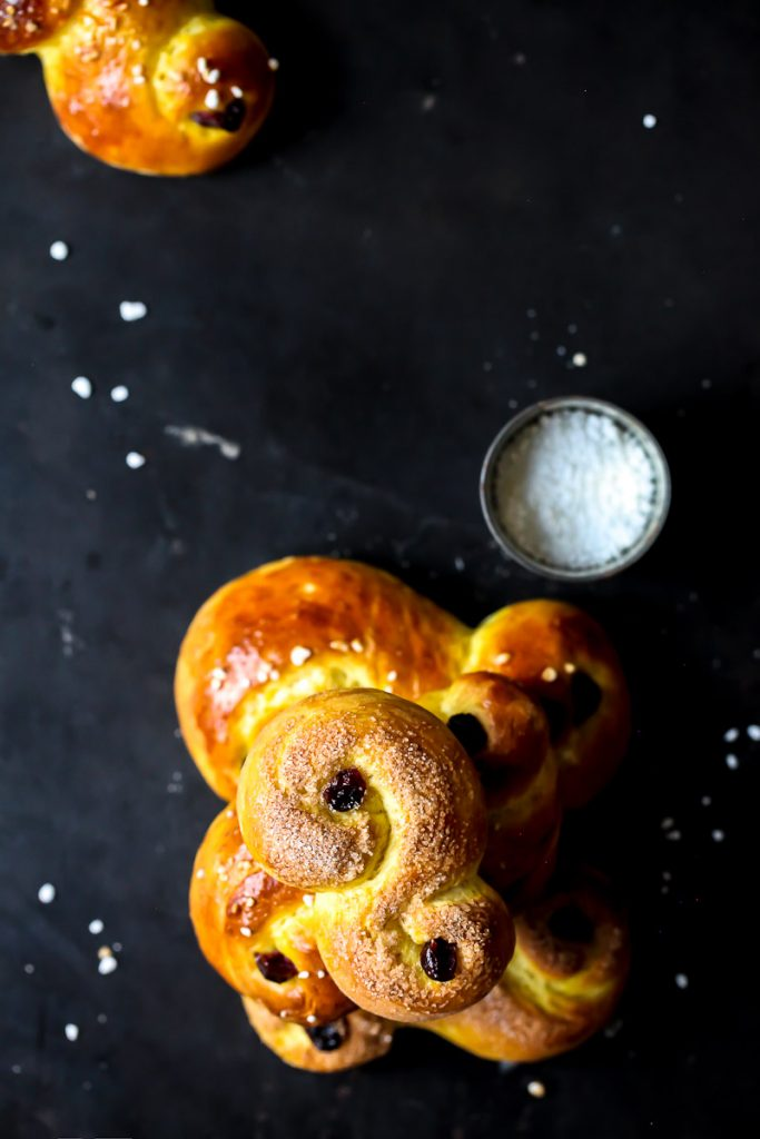 Lussekatter Rezept schwedisches hefegebäck weihnachtsbäckerei adventsgebäck zuckerzimtundliebe foodblog backblog swedish buns food styling