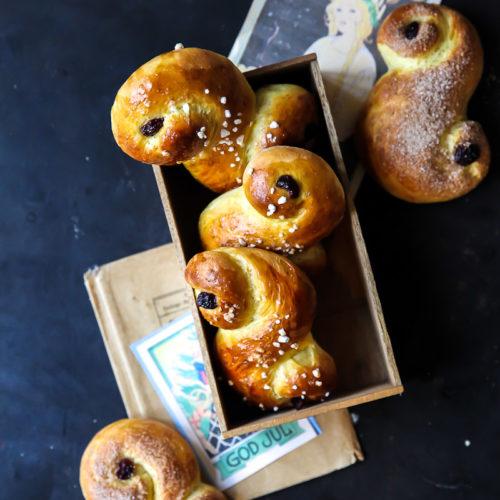 Lussekatter schwedische swedish buns hefegebäck weihnachten swedish christmas saffron safran zuckerzimtundliebe foodstyling