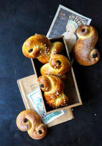 Lussekatter Rezept schwedisches hefegebäck weihnachtsbäckerei adventsgebäck zuckerzimtundliebe foodblog backblog swedish buns food styling