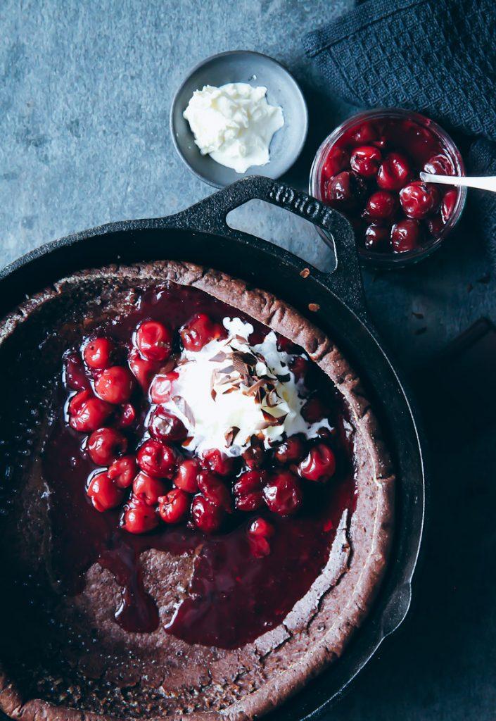 Einfaches Schokoladen Dutch Baby Ofenpfannkuchen Pancake Rezept mit heißen Kirschen und Sahne chocolate puffed pancake recipe backen frühstück frühstücksglück zuckerzimtundliebe foodblog foodstyling bester pfannkuchen pancakerezept