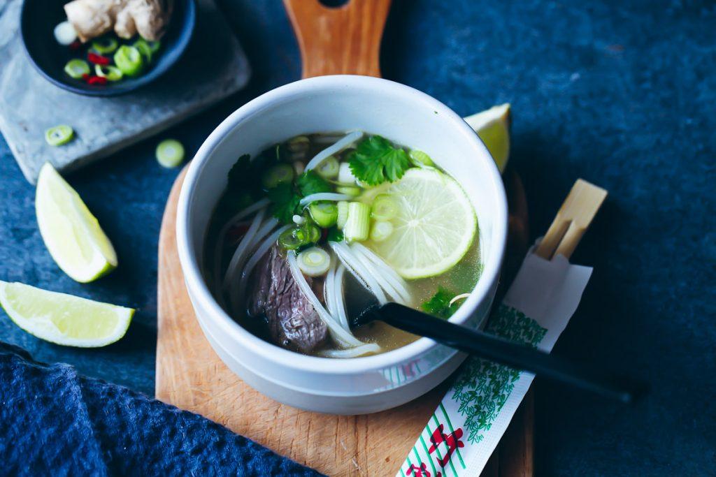 Einfaches leckeres Pho bo Rezept vietnamesische Nudelsuppe Soup foodstyling Koriander Limette Frühlingszwiebel Reisnudeln Zuckerzimtundliebe Foodblog