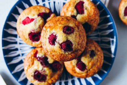 Pancake Muffins mit Himbeeren und Mohn Backrezept frühstück pfannkuchen breakfast brunch raspberry poppy seed pancakes zuckerzimtundliebe foodstyling food photography brunchrezepte einfache pancakes selbermachen aus dem ofen