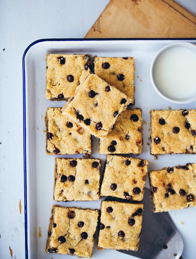 Rezept für Chocolate Chip Cookie Bars mit Haferflocken oat bars gooey cookies foodstyling cookie squares food photography zuckerzimtundliebe foodblog backblog baking backrezept kekse backen schokoladencookies