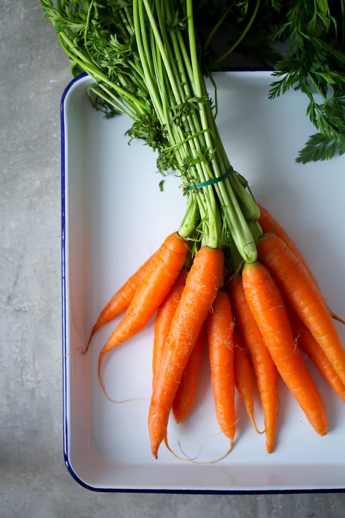 Carottes carottes Recettes pour le petit déjeuner de Pâques ou le brunch de Pâques Quiche ou tarte copieuse avec des carottes au four et du bouillon de Pâques avec des œufs de Pâques colorés bouillis de sucre cannelle et adorez avec le bloc Arla Kaergarden