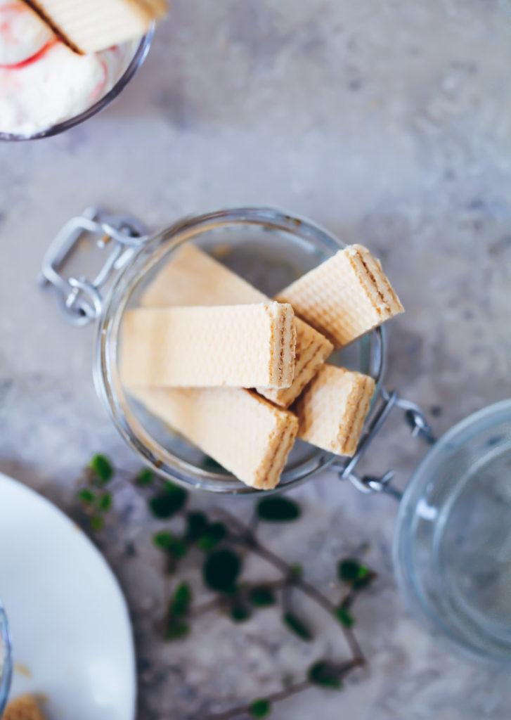 Rhabarber Vanille Fool Dessert Creme Rezept mit Waffelkeksen aus Rhabarberkompott und Sahne rhubarb fool rhubarb compote foodstyling zuckerzimtundliebe sommerrezepte frühlingsrezepte