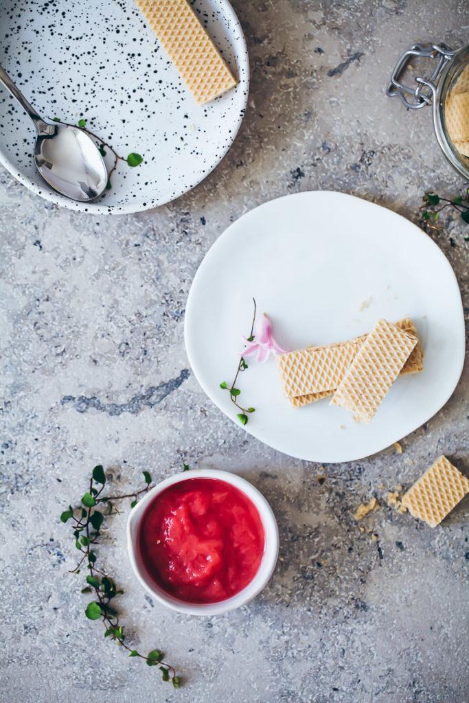 Rhabarber Fool Dessert Creme Rezept mit Waffelkeksen aus Rhabarberkompott und Sahne rhubarb fool rhubarb compote foodstyling zuckerzimtundliebe sommerrezepte frühlingsrezepte