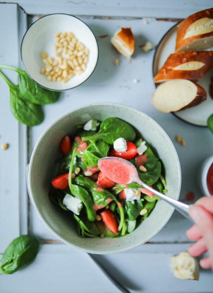 Erdbeersalat mit Spinat, Erdbeeren, Ziegenkäse und Pinienkernen und das beste Erdbeer Salatdressing Sommersalat strawberry salad spinach pine nuts goats cheese zuckerzimtundliebe salatideen grillen grillsalat salat zum grillbuffet erdbeerrezept food photography