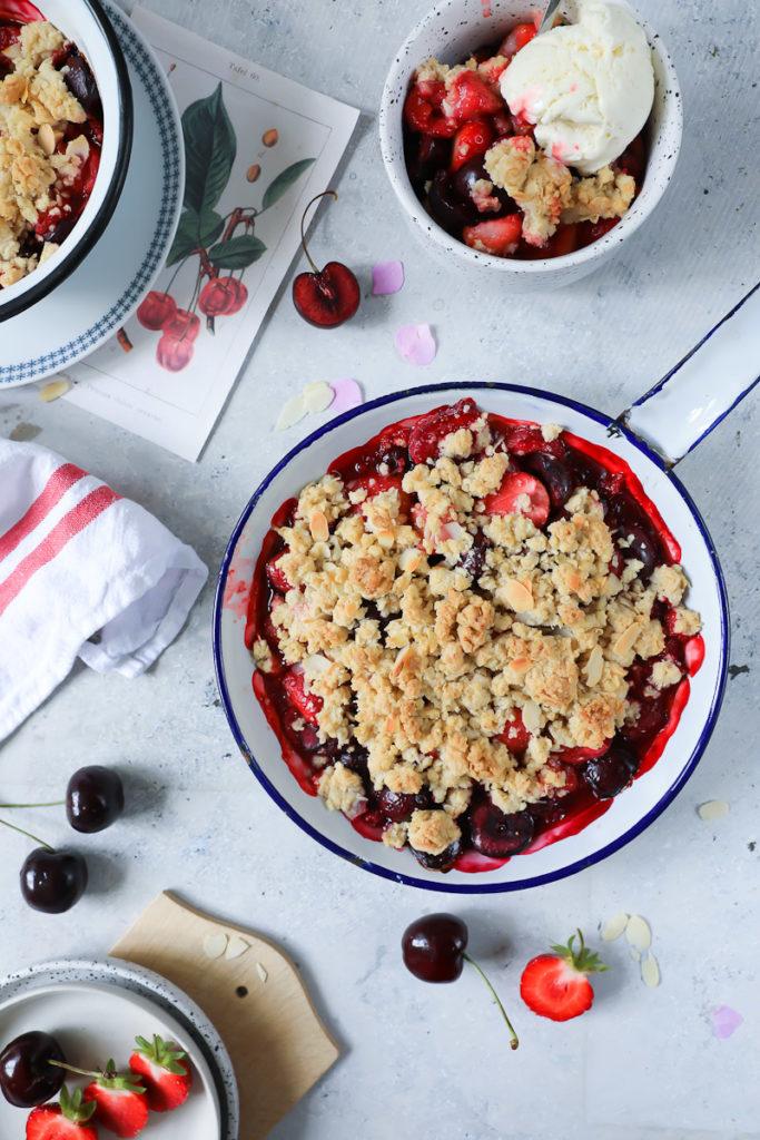 Erdbeer Kirsch Crumble Rezept strawberry cherry crisp recipe zuckerzimtundliebe sommerrezept dessert foodstyling food photography zucker zimt und liebe backen