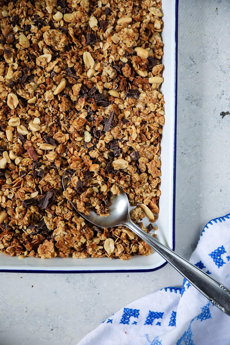 ein rezept f r selbstgemachtes schokoladen erdnuss granola m sli ganz einfach selber machen. Black Bedroom Furniture Sets. Home Design Ideas