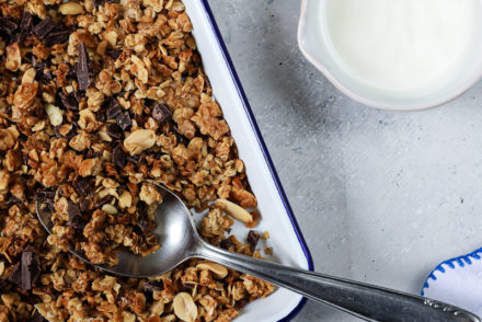 Schoko Granola Schokomuesli Rezept muesli selber machen granola backen erdnuss zuckerzimtundliebe frühstück frühstücksrezept homemade granola foodstyling foodphotography backblog deutscher foodblog