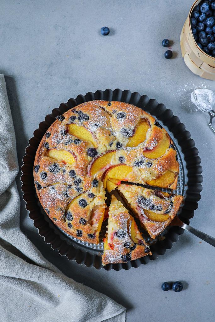 Pfirsich Blaubeer Kuchen Rezept Peach Blueberry cake Joghurtkuchen kuchenrezepte kuchenblog backblog der beste sommerkuchen einfacher kuchen foodstyling food photography zucker zimt und liebe