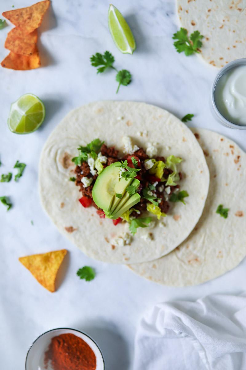 es gibt ein mexikanisches rezept f r tacos mit w rzigem hackfleisch avocado tomaten und mehr. Black Bedroom Furniture Sets. Home Design Ideas