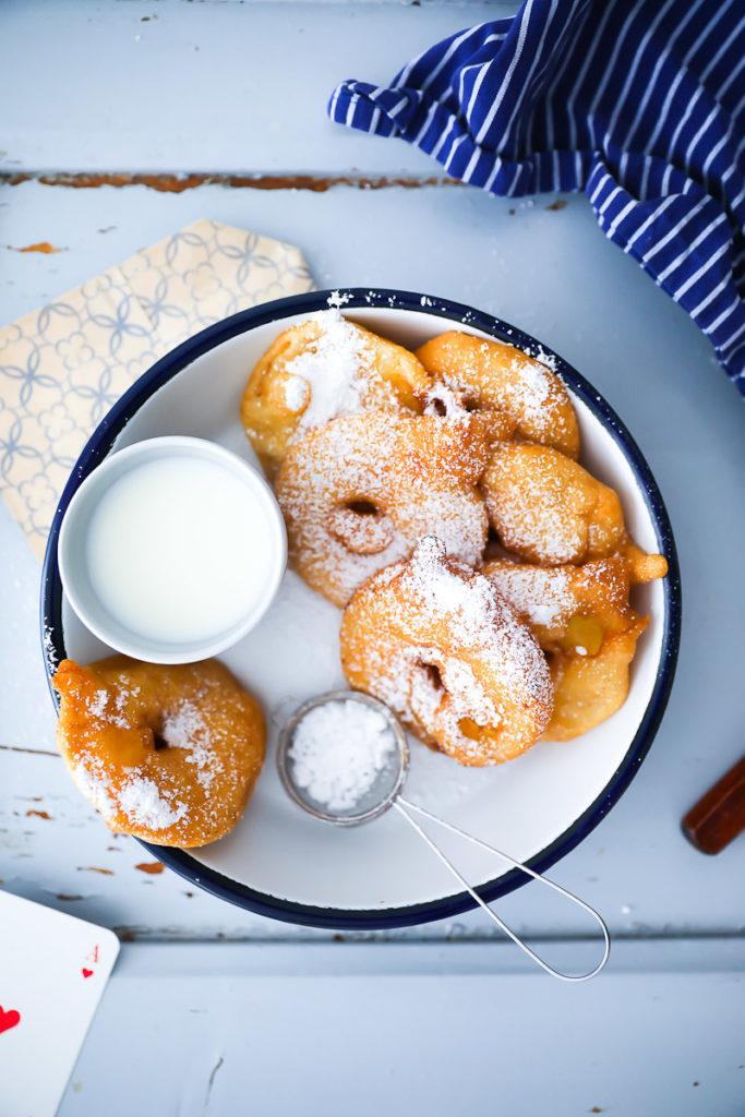 Apfel Fritter, apple fritters, apfelringe, äpfel im schlafrock, die besten apfelrezepte, rezept, frittiert, frittieren, welches fett zum frittieren, zuckerzimtundliebe, zucker zimt und liebe, deutscher foodblog, foodstyling, apples, apple recipes, apple foodstyling, food photography, apple rings