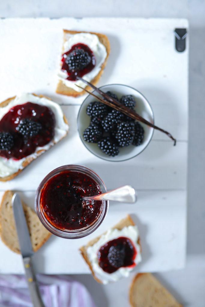 Brombeer vanille marmelade, marmelade selber machen, diamant gelierzauber fruchtauftstrich ohne kochen, zuckerzimtundliebe, foodstyling, jam recipe, marmeladen rezept, einfaches marmeladenrezept, brombeerrezept, blackberry vanilla jam, deutscher foodblog, stulle, stulle der woche, stullenrezept, aufs brot, post aus meiner küche