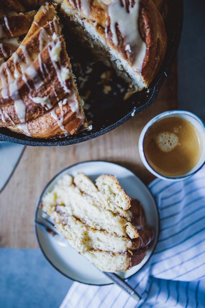 Zimtschnecke Hefekranz Zimtkranz Hefezopf große Zimtschnecke Espresso glasur Espresso glazed cinnamon wreath hefeteig einfacher hefeteig mit trockenhefe zuckerzimtundliebe kaffeekranz kaffee hefezopf foodstyling food photography foodblog deutscher backblog