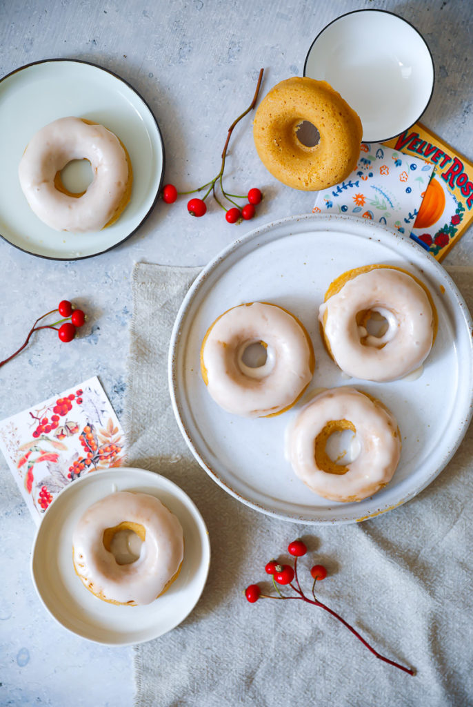 Kürbis Donuts aus dem Backofen baked donuts ohne frittieren baked pumpkin donuts with apple glaze Apfel Zimt Guss Zuckerzimtundliebe Kürbisrezept die besten Kürbisrezepte Foodstyling Foodphotography Herbstrezepte Backen Backrezept