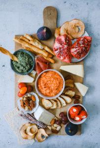 Selbstgemachte Laugenstangen-Brotchips mit Roasted Pepper Feta Dip und wie man daraus eine Knaller-Snackplatte für den Freunde-Abend zaubert {enthält Werbung}