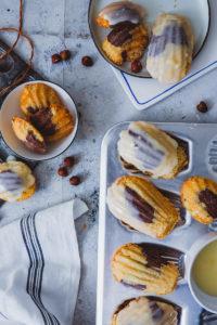 Ein Rezept für zarte Marmor-Haselnuss-Madeleines mit (oder ohne) Chai-Glasur