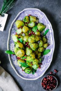 Rezept für Kartoffeln mit Rucola-Kräuter-Senf Dressing und Granatapfelkernen {enthält Werbung}