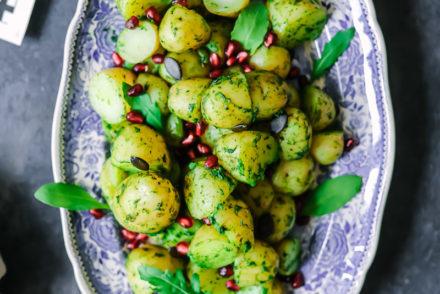 Kartoffeln mit Kräuter Senf Dressing Kartoffelsalat weihnachten würstchen senf senfrezepte senfdressing löwensenf kartoffelrezept zuckerzimtundliebe granatapfel foodblog weihnachtsrezepte