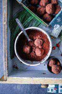 Ein Rezept für Minz-Schokoladentrüffel: ein schokoladiges Küchengeschenk