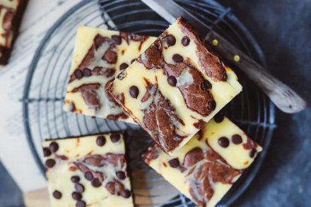 cheesecake brownie rezept käsekuchen backen backrezept brownies backen einfaches cheesecake rezept blechkuchen stracciatella zuckerzimtundliebe foodblog backblog foodstyling gelingsicherer kuchen ideen fürs kuchenbuffet kindergeburtstag