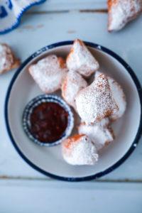 Ein Rezept für einfache kleine Berliner, Krapfen, Kreppel oder Donuts in Rautenform