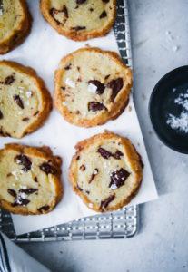 Rezept für Salted Butter Chocolate Chunk Shortbread Cookies – Schokoladenkekse mit gesalzener Butter