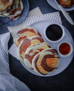 Ein Rezept für fluffige Vanille- und Kakao Zebra Pancakes – Pfannkuchen mal anders