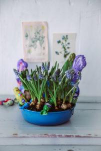 Vorfreude auf Ostern mit Frühlingsblumen in einer Gugelhupfform: ein kleines Last Minute Oster-DiY mit Milka {enthält Werbung}