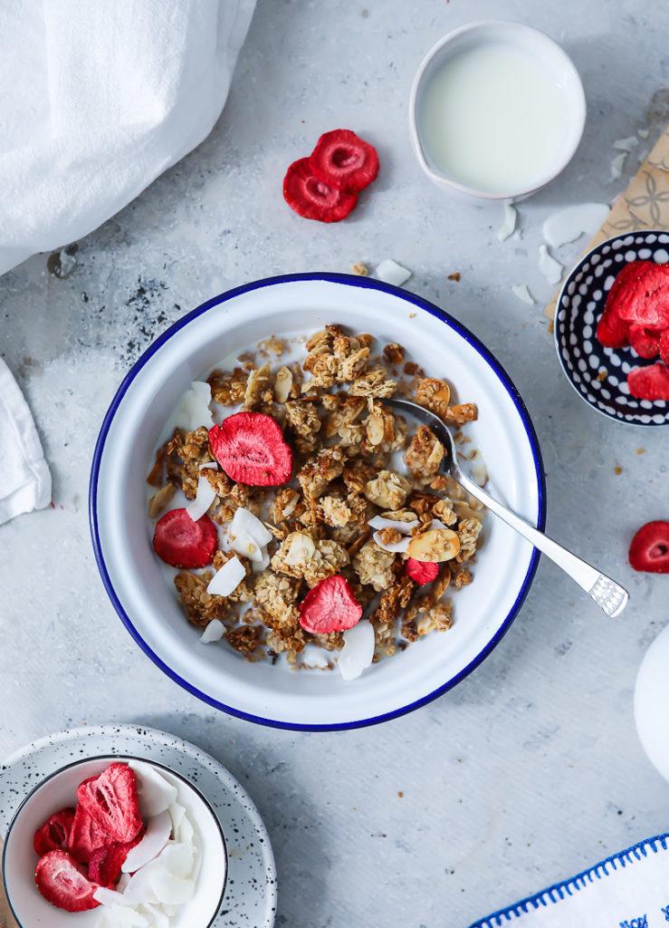 Erdbeer Granola Rezept Selbstgemachtes Honig Muesli zuckerzimtundliebe foodblog backblog foodstyling food photo strawberry granola erdbeerrezept frühstück