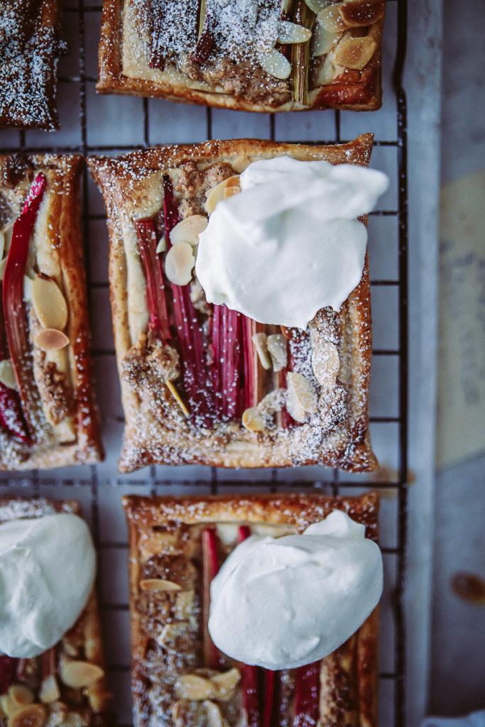 Rhabarber Frangipane Blätterteig Tartes Mandelcreme einfacher Rhabarberkuchen rhubarb almond frangipane tartelettes handpie foodstyling foodfoto rhabarberrezepte zuckerzimtundliebe foodblog backblog