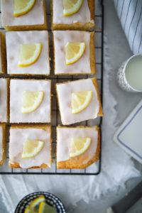 Rezept für saftigen Zitronenkuchen vom Blech – ein einfacher leckerer Kuchenklassiker – lemon sheet cake