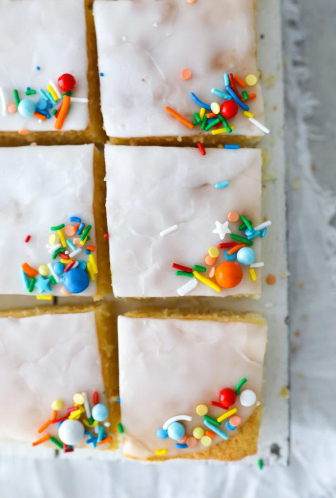 Zitronenkuchen vom Blech Blechkuchen rezept zitronenkuchenrezept einfacher blechkuchen rührteig zuckerzimtundliebe backblog foodblog foodstyling lemon sheet cake lemon glaze zitronenglasur sommerkuchen kuchenbuffet kuchen für kindergeburtstag fancysprinkles