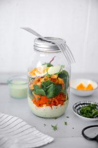 Salat im Glas mit Süsskartoffeln und Avocado-Spinat Dressing {enthält Werbung mit Markennennung}